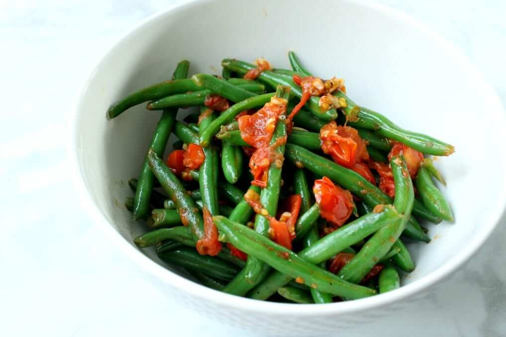 Healthy Side Dish: Green Beans with Garlic and Tomatoes